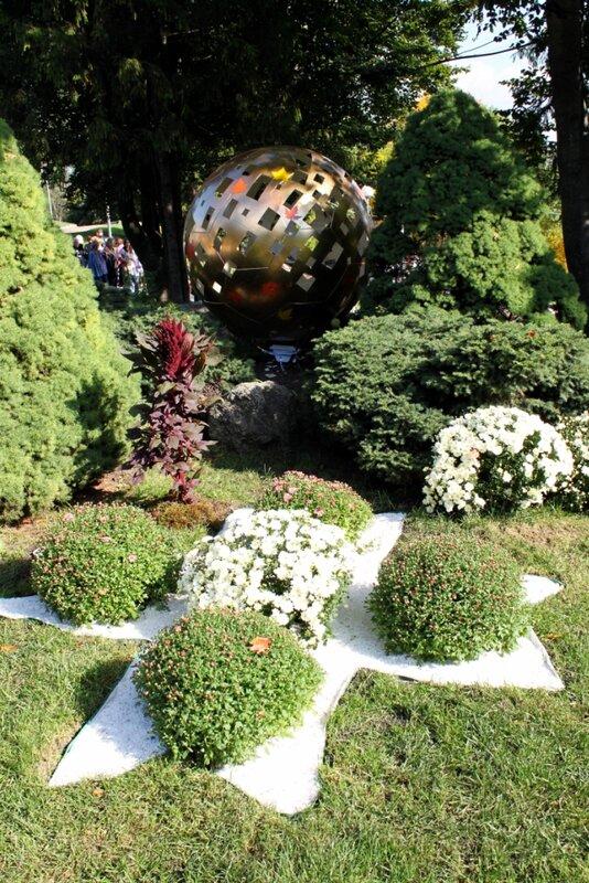 Золотой мяч среди растений
