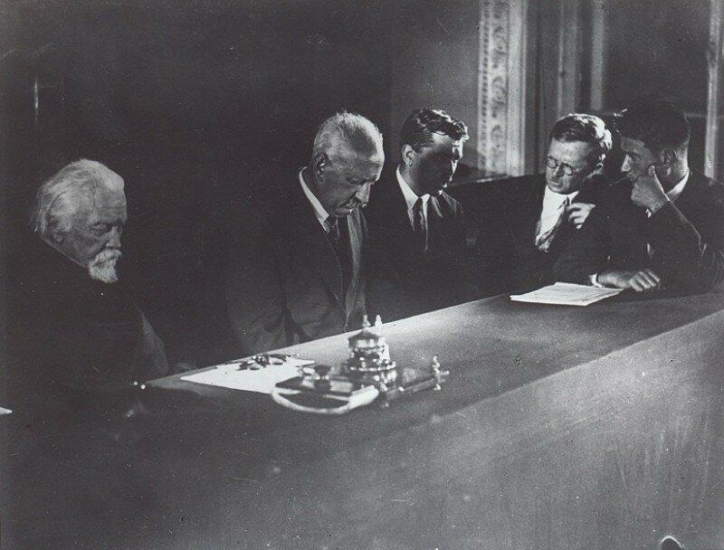Президиум 1-й Всесоюзной конференции по изучению атомного ядра.: А.П. Карпинский, А.Ф. Иоффе. С.И. Вавилов, зам. директора ФТИ С.Ф. Васильев, И.В. Курчатов. 1933 г. АРАН. Ф.596. Оп.2. Д.81а. Л.13.