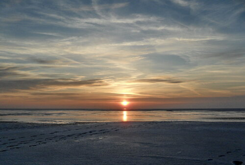 Закат на мартовских полях ледяных