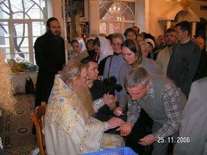 Протоиерей Иоанн Миронов принимает поздравления от паствы