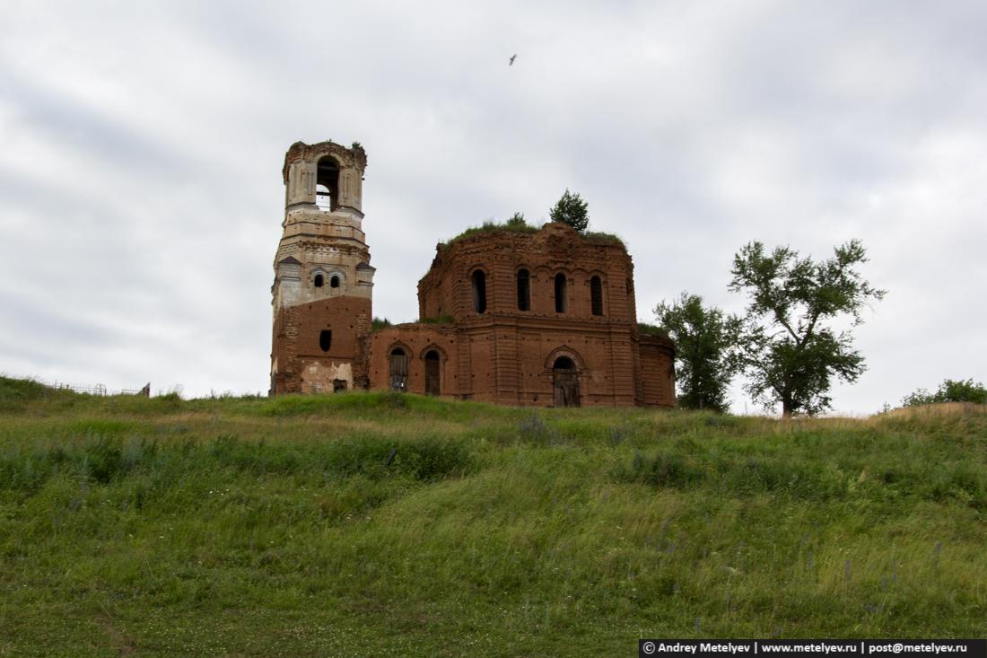 Птица в небе над церковью в селе Исетское