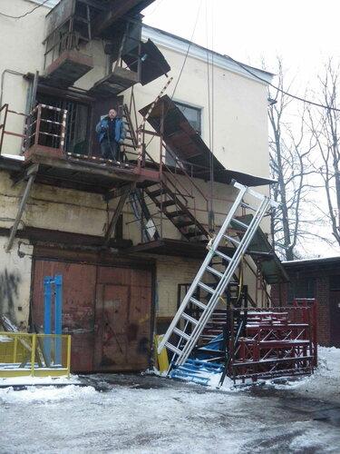 Фото 5. Поднимаем лестницу на второй этаж с помощью кран-балки. Начало подъёма.