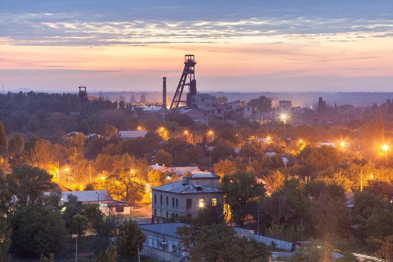 Вид на город, шахта в кадре