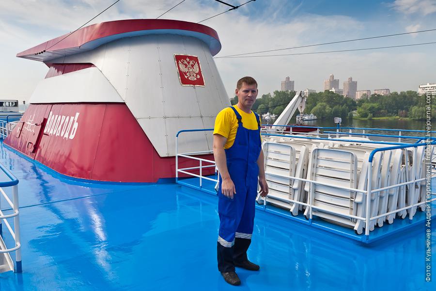 У матросов СК «ВодоходЪ» заметная форма: желтая футболка и синий комбинезон теплоход Лев Толстой