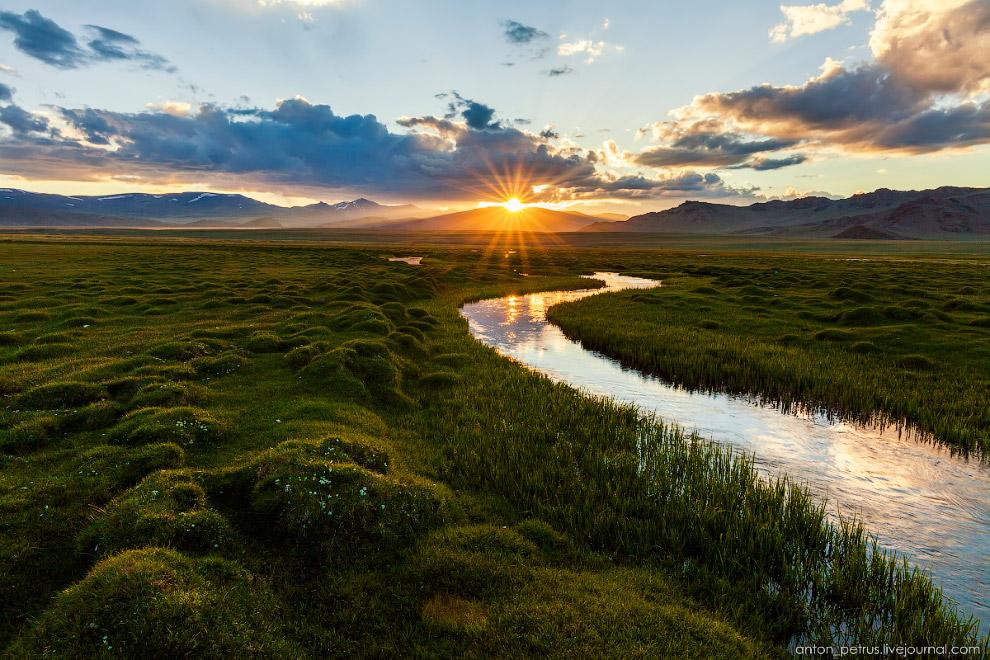 12. Последний миг света — и солнце прячется за гору, уже до самого рассвета.