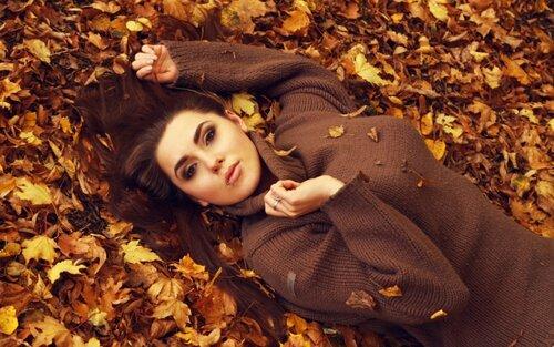 интересные идеи для фотосессии - девушка на фоне осенних листьев