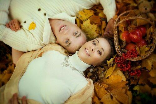 идеи для фотосессии пары - на фоне осенних листьев