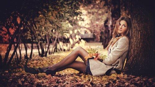 идеи фотосессии для девушек - девушка на фоне осенних листьев у дерева