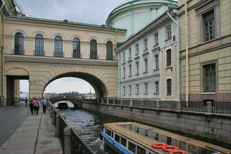 Здание Эрмитажного театра и фрагмент Зимнего дворца Петра I со стороны Зимней канавки