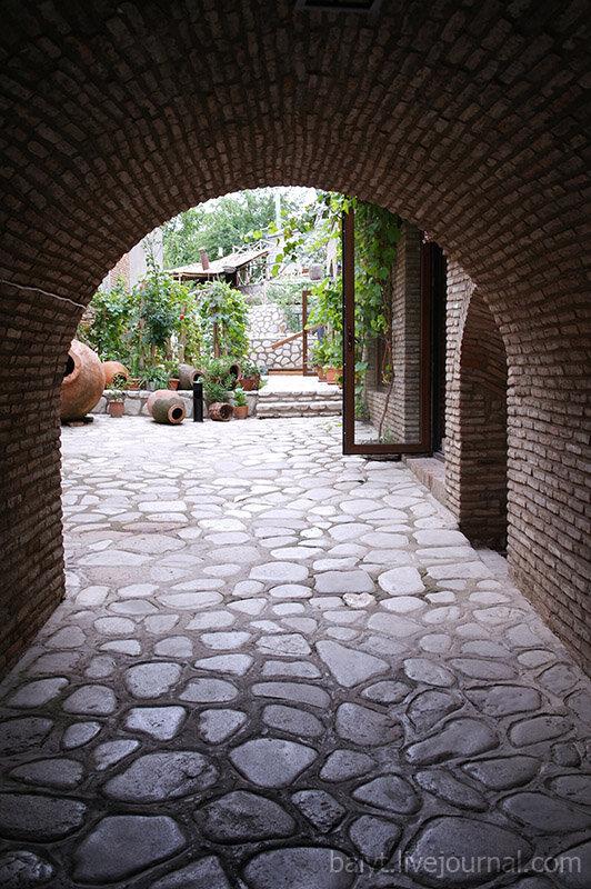 Сигнаги. Входная арка в дом американского художника Джона Вурдемана.