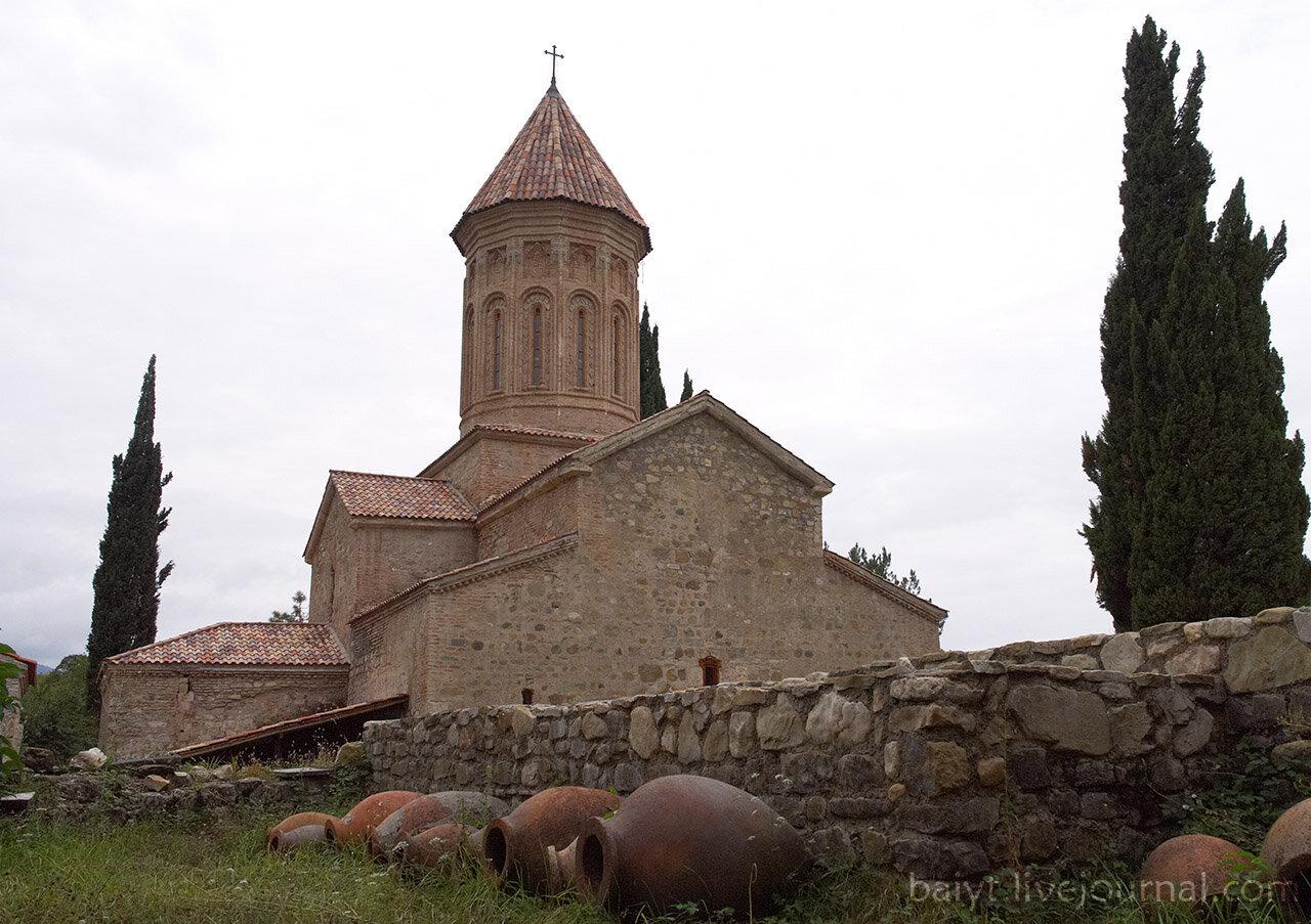 Икалто: Церковь Святого Духа, кипарисы, кувшины-квеври.