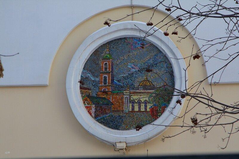 Мозаика с изображениями храмов на здании первой АТС советской Москвы