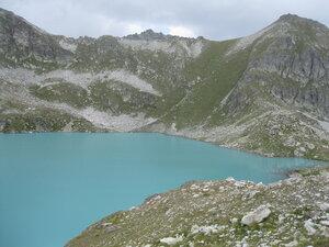 Вид на перевал Межозерный и путь спуска к озеру