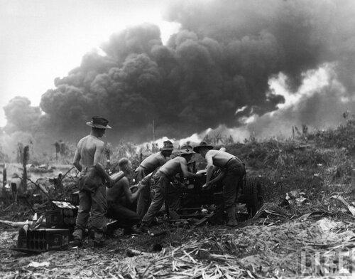 Australian soldiers firing 25 pounder field gun at Japanese positions near Balikpapan during fight to retake island of Borneo_1945.jpg