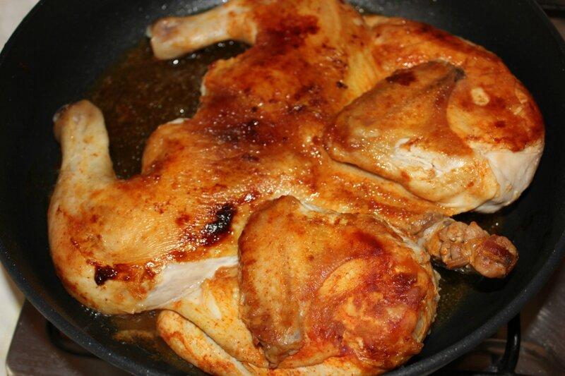 Для соуса растопите на другой сковороде сливочное масло, всыпьте муку и прожарьте её до светло-жёлтого цвета, постоянно помешивая.