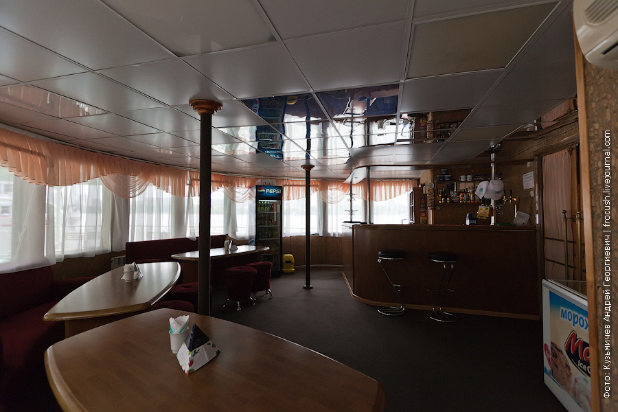 Бар на корме средней палубы теплоход Иван Кулибин фото