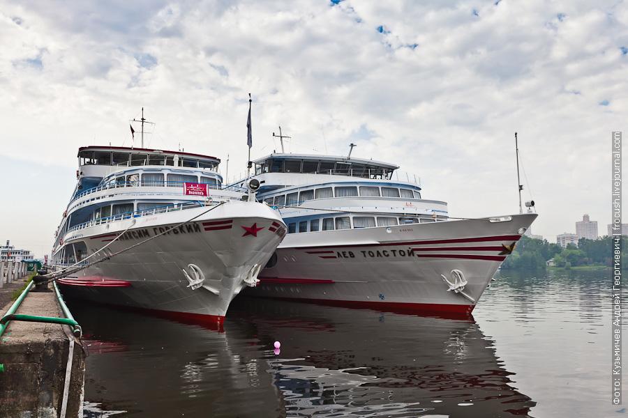 теплоход Максим Горький и теплоход Лев Толстой в Северном речном порту Москвы 20 мая 2012 года