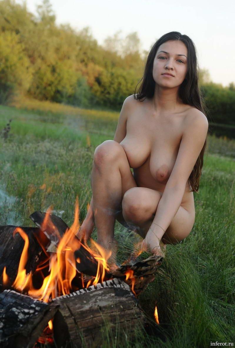 девушка с большой грудью погрела попку у костра