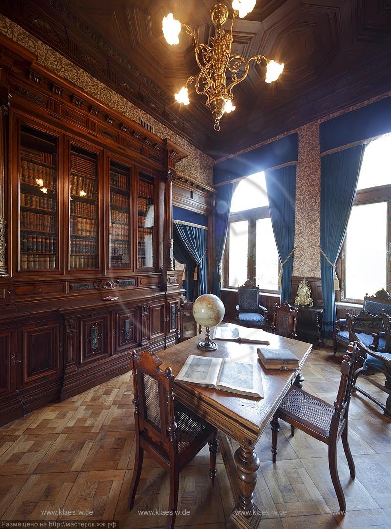 """Koenigswinter, Schloss Drachenburg. Das Bibliothekszimme"""" ist als solches geplant worden und hat seine Funktion langfristig beibehalten. Deshalb hat sich die ursprueüngliche wandfeste Holzausstattung groeßtenteils bis heute erhalten. Die heutige beweglich"""