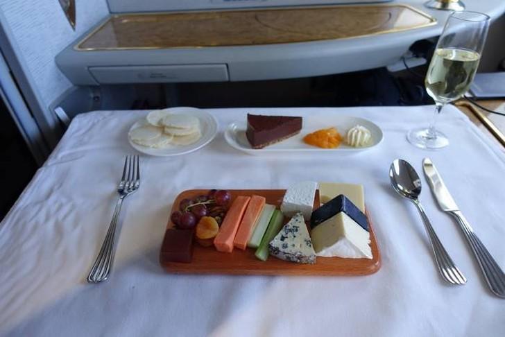 32. В этот момент я уже наелся, но кто может отказаться от прекрасной тарелки сыра и шоколадного тор