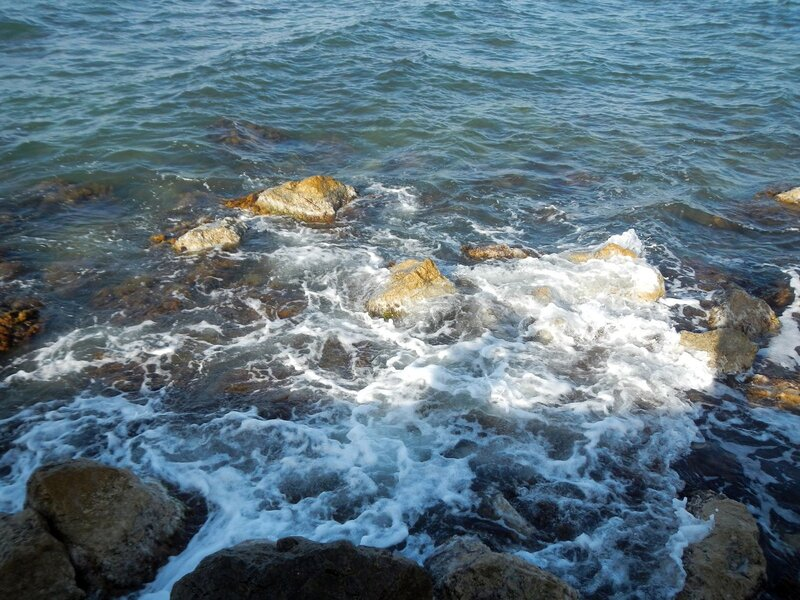 морские волны и пена на камнях в бухте Севастополя