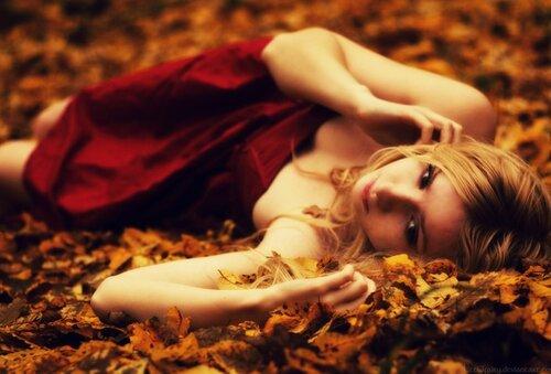 идеи фотосессии для девушек - девушка на фоне осенних листьев