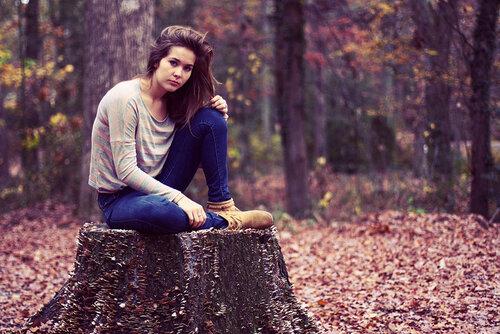 идеи для фотосессии в лесу - на фоне осенних листьев