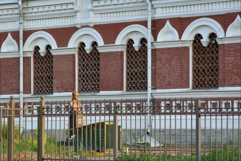 Павловск, собор Николая Чудотворца, памятник Николаю Второму