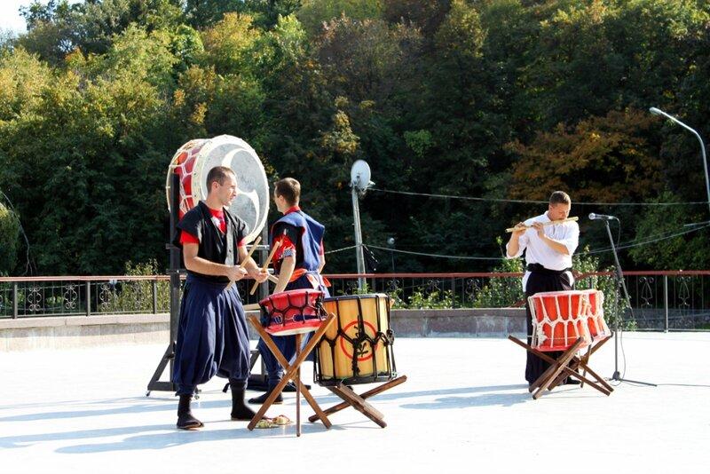 Игра на японских барабанах