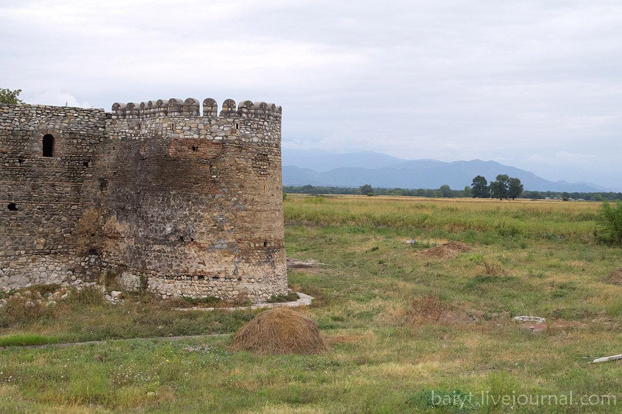 Вид возле крепостной стены монастыря Алаверди.