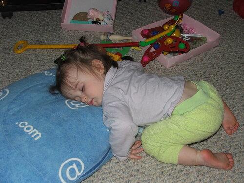Маня спит где пуля застала
