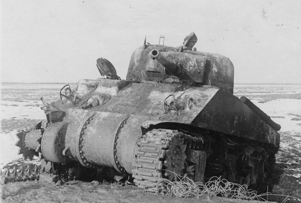 """Подбитый танк М4 """"Шерман""""."""