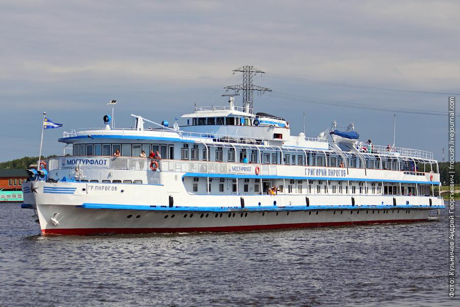 13 июня 2011 года 11:20 Теплоход «Григорий Пирогов» идет в Москву по Клязьминскому водохранилищу