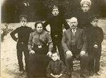 1910 Аркадий, Софья и 6 сыновей Тайц--.jpg
