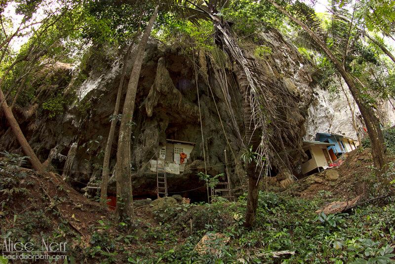 монашеская келья в скале tiger temple krabi thailand