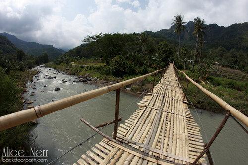 бамбуковый мост на острове Флорес, Индонезия