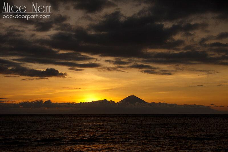вид с острова Ломбок на вулкан Агунг