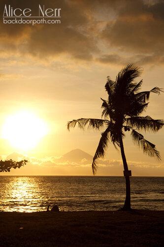 пляж на закате, пальма, силуэты на закате, остров Ломбок, Индонезия