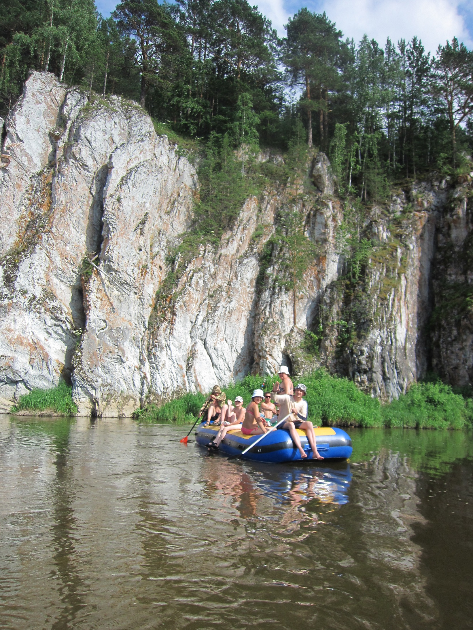 Туристы-сплавщики у Шайтан-камня на Чусовой (08.07.2015)