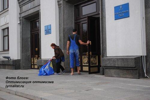 коммунисты Луганщины растоптали флаги свободы фото блоггер jyrnalist оптимизация оптимизма