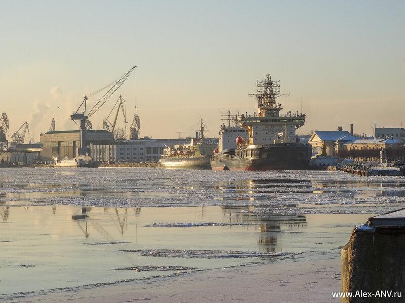 Ледоколы Санкт-Петербург и Красин. Там ещё справа  a href='http://alex-anv.ru/photostories/spb/museum/148-2' target='_blank' лодочка притулилась незаметная /a .