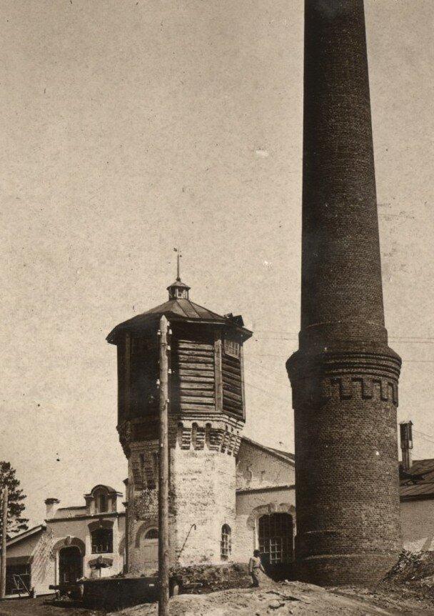 Водонапорная башня кожевенного завода и дымовая труба в 1930-е