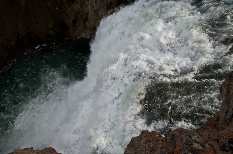 Небольшой, но мощный водопад