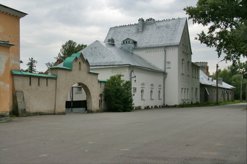Белая палата и Служебные ворота Федоровского городка