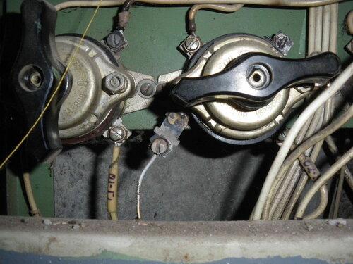 Фото 6. После удаления пластмассовой подпорки нижний левый контакт самопроизвольно выпал из корпуса пакетного выключателя.