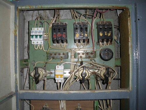 Фото 23. Этажный щит. Отделение автоматических выключателей. Вместо сгоревшего пакетника установлен двухполюсный автомат (на DIN-рейку), на повреждённые провода надеты кембрики, электроснабжение квартиры восстановлено.