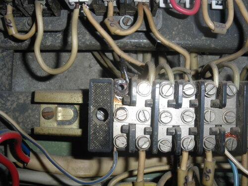 Фото 9. Подгоревший контакт нулевой шины-колодки (крайний левый верхний). Видно оплавление изоляции нулевого провода.