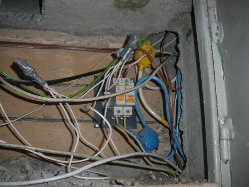 Фото 1. Сработал автоматический выключатель в этажном щите.