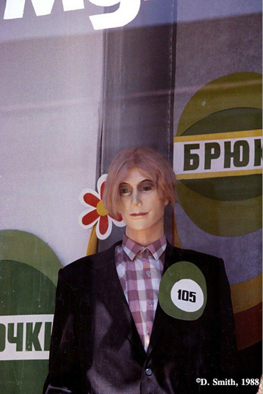 Манекен в витрине магазина