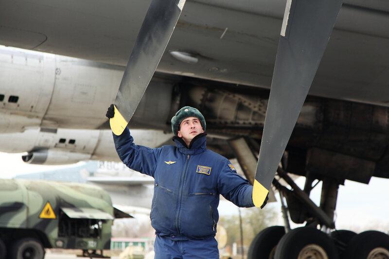 Ту-95МС на аэродроме в Энгельсе